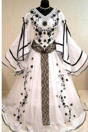 Medieval Vintage 2018 Black And White Long Sleeves Wedding Dresses Gothic V Neck Embroidery Applique Long Bridal Gowns Custom Made