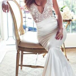 2018 Spaghetti Straps Pluning V-Neck Bridal Beach Wedding Dress Illuison Lace Bodice With Satin Fitted Bride Gown